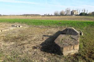 basi dei piloni di profilo cuneiforme del ponte romano di Ceggia lungo la via Annia; archeologia Italia